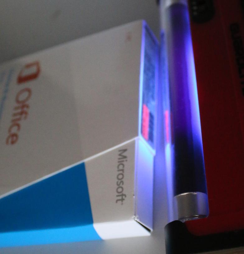Bild: Wir führten eine interne Echtheitsprüfung durch, im Bild zu sehen ein Arbeitsschritt mit UV-Licht.