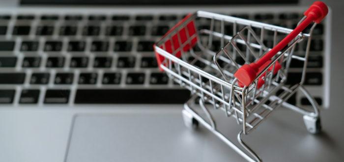 Foto: Einkaufswagen auf Laptop. | © Lizenziert für Gebrauchtesoftware.de via Envato Elements.