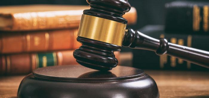 Foto: Richter Gavel auf einem Holzschreibtisch, Rechtsbücher Hintergrund. Lizenziert via Envato Elements.